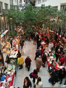 Kiermasz bożonarodzeniowy (Le Grand Bazar de Noël) w budynku unijnym