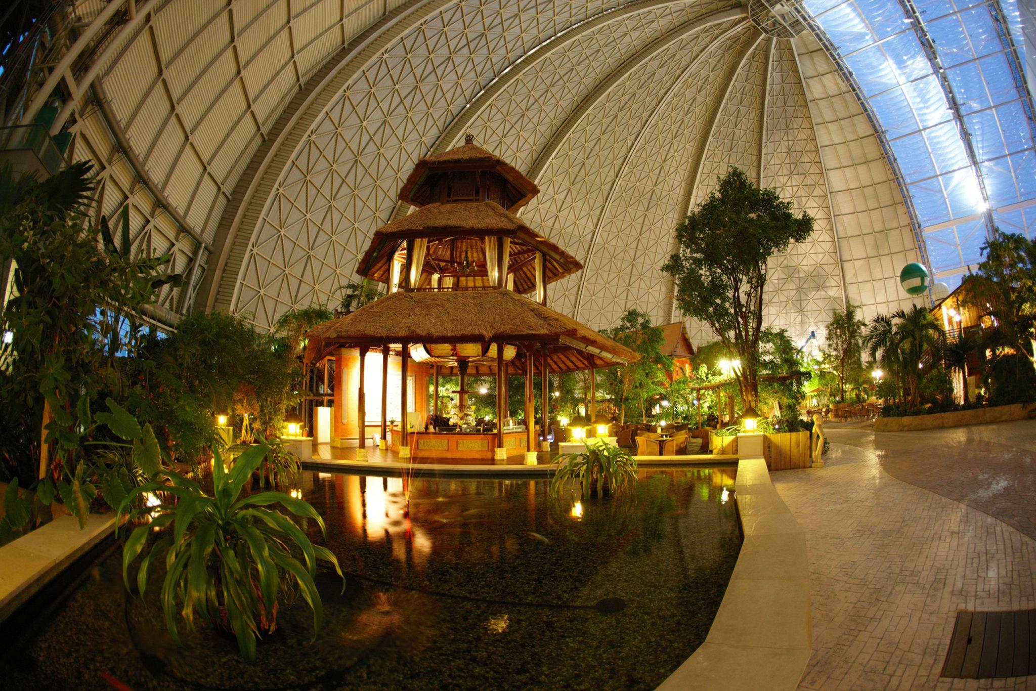 luftiger Bali-Pavillon mit Koi-Becken und romantischen Licht- und Wasserspielen