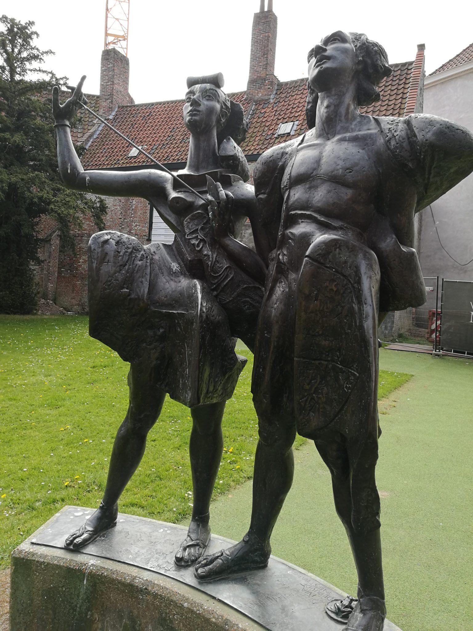 Pomnik przed kościołem Onze-Lieve-Vrouwwekerk w Kortrijk
