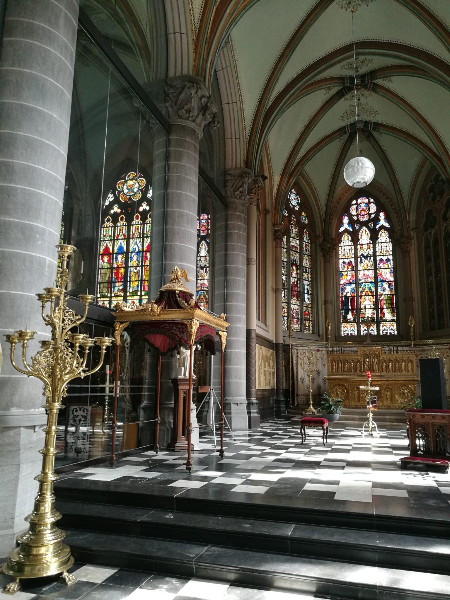 Wnętrze Sint-Maartenskerk (kościoła Św. Marcina) w Kortrijk