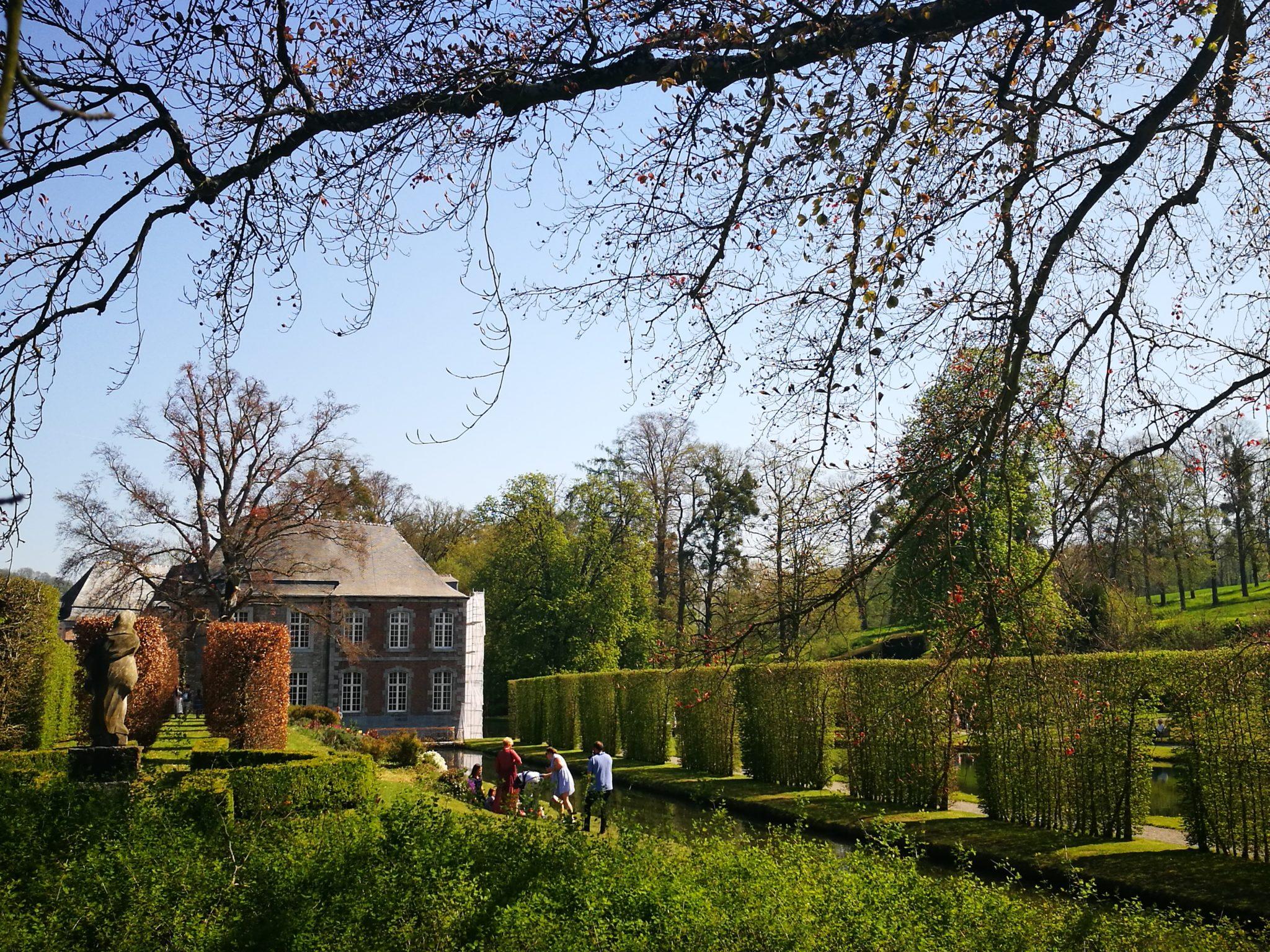 Wodne ogrody Annevoie z widokiem na zamek