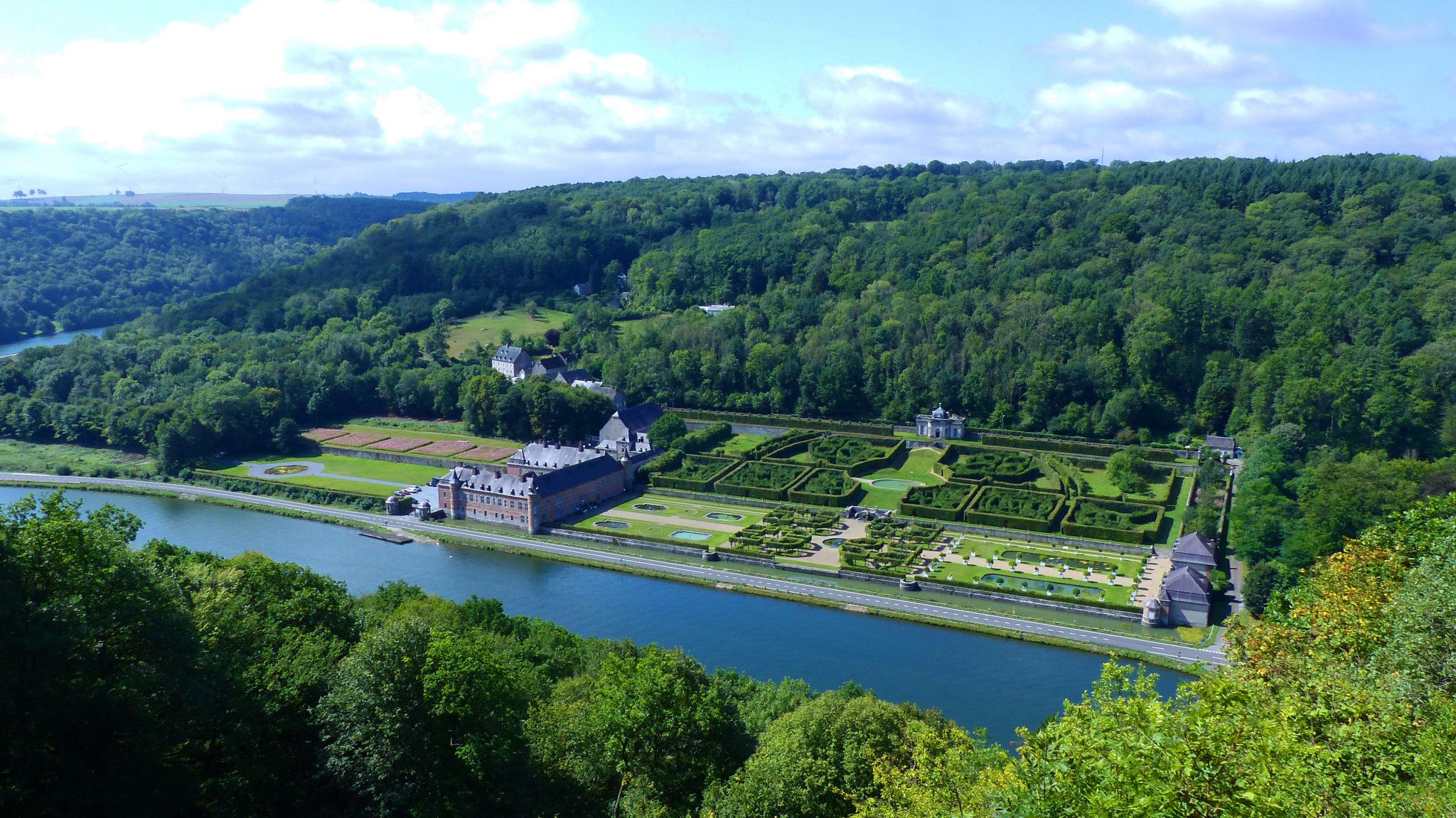Widok na zamek Freÿr z  drugiego brzegu Mozy; foto: Axel Bonaert de Laupesbin